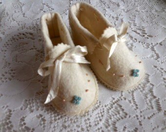 Vintage 1940s wool felt baby shoes booties hand embroidery satin ribbon cream La Parisette