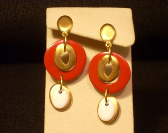 Red, White & Gold-tone Vintage Dangle Pierced Earrings. E818432
