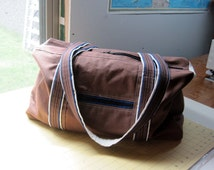 Duffel bag in brown twill with six pockets!