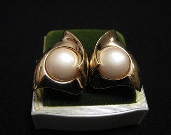 Vintage Gold Tone White Faux Pearl Wave Fan Pierced Earrings