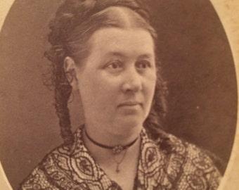 CDV Antique  Photo - Woman of Monmouth ,  Illinois - Carte de Visite -  Cameo  - Lace Collar