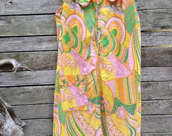 1960's Pretty Pastel Colorful Paisley Shift Dress with Zippered front and large Peter Pan Collar