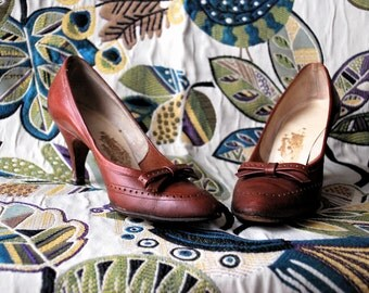 Bow Friend Kickers 1950s / 1960s Vintage Air Step 2 1/2 Inch Milk Chocolate Leather Pointed Toe Heel With Bow Details Womens 3 1/2