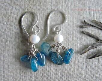 Aqua kyanite nuggets earrings. Pearl earrings. Rustic urban city fashion. Silver platted copper earrings. Hand made shaped, hammered.