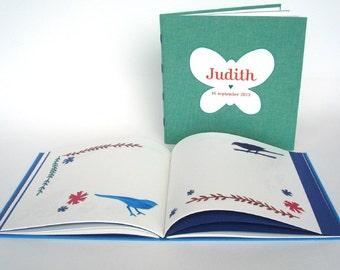 Persoonlijk gemaakt gastenboek met knipkunstillustraties op blanco pagina's. Lindegroen album. Vriendenboekje.