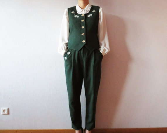 Brilliant While A Gray Top Is A Better Mate With A Cooltoned Forest Or Jade Green Often Considered A Nearneutral, Navy Is A Striking Pairing With A Clear, Bright Green Or Soft Mint Pants Men And Women Can Rock A White Buttondown And Navy Blazer