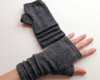 cashmere fingerless gloves / wrist warmers / driving gloves in charcoal