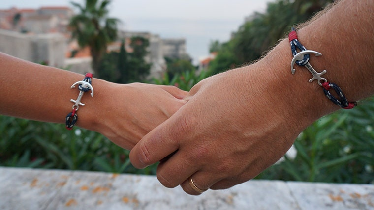 Pas dinquiétude les bracelets sont faits à la main et résistent bien au temps, nous on est fan, jugez par vous même en image\u2026