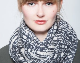Knitted loop anthracite / cream patterned