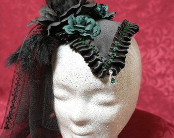Fashionable Fascinator in black-green