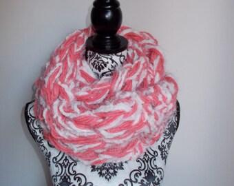 Infinity scarf armknitting - col. fuchsia and white