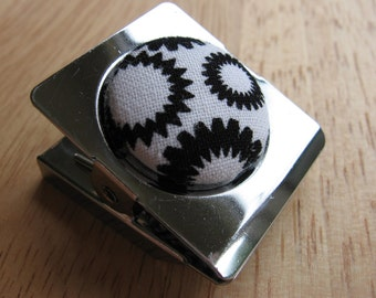 Magnetic clip with black and white fabric button