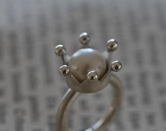 Silver ring with noble white cultured pearl