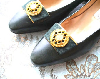 Luxurious vintage 80s forest green genuine leather shoes with  gold tone metal filigree round clip. Made by Calico . Size 7.