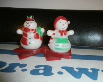 Salt & Pepper  Shakers Plastic  MR. and  MRS. SNOWMAN  Bow Cradle Christmas