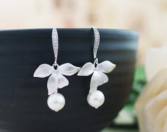 Leaf charm with Swarovski Pearl dangle earrings drop earrings Wedding Bridal Earrings Bridesmaid earrings Bridesmaid Gifts Garden Weddings