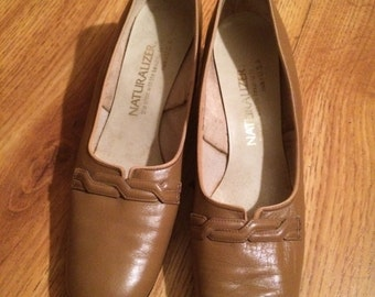 Vintage 1960's Taupe Naturalizer Pumps- 7 1/2 AA
