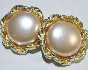 vintage gold tone and off white round clip on earrings 315C