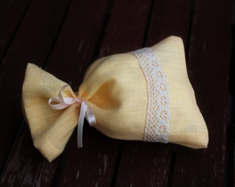 Natural Light Yellow Linen Favor Bag, Gift bags Wedding Sachet, Small Gift Bag, Handmade with Beige Lace and Band, Linen Bag, Rustic Decor