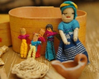 Vintage 80s 90s Guatemalan Dolls In Wooden Box