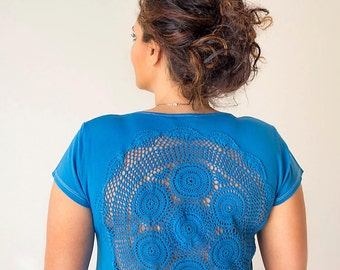 Blue t-shirt with upcycled vintage crochet doily back - Size XL
