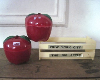 NEW YORK CITY, vintage Big Apple crate box salt and pepper shaker set - nyc, s&p, i love ny, shakers, retro kitchen, kitsch souvenir