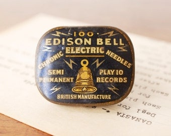 Vintage tin with 51 phonograph needles, metal Edison Bell electric chromic gramophone needles, black and gold, 1920s British antique, 78 RPM