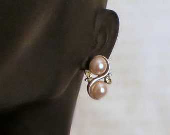 Vintage pink pearl earrings - S design with two dainty light pink faux pearls - rhinestones - wedding jewelry accessory - Circa 70s