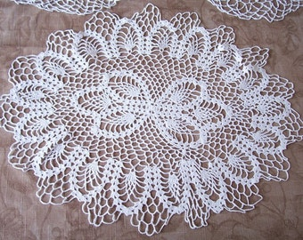 Vintage set of 3 white doilies. Group 17.
