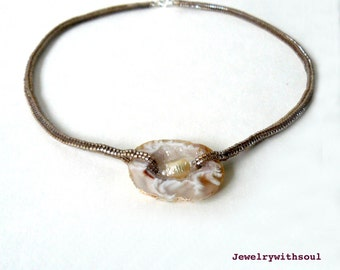 Druzy occo agate slice and beadwoven rope necklace with freshwater pearl in golden taupe champagne sand - Sunlight