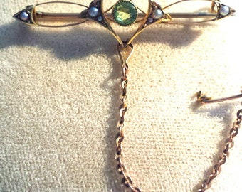 Stunning Antique Edwardian 15ct gold peridot & seed pearl pin/brooch 15k with original safety chain and 'C' clasp.