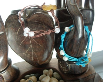 Bracelet Hemp and Pearl brown or blue with toggle closure