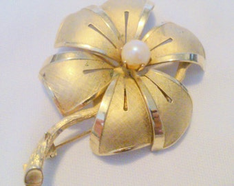 Vintage Gold Tone and Faux Pearl Flower Brooch