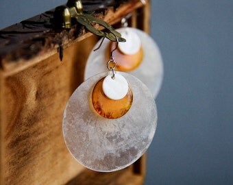 Round Shell Earrings White Seashell Earrings Amber Resin Chips Natural Shell Dangle Earrings - E280