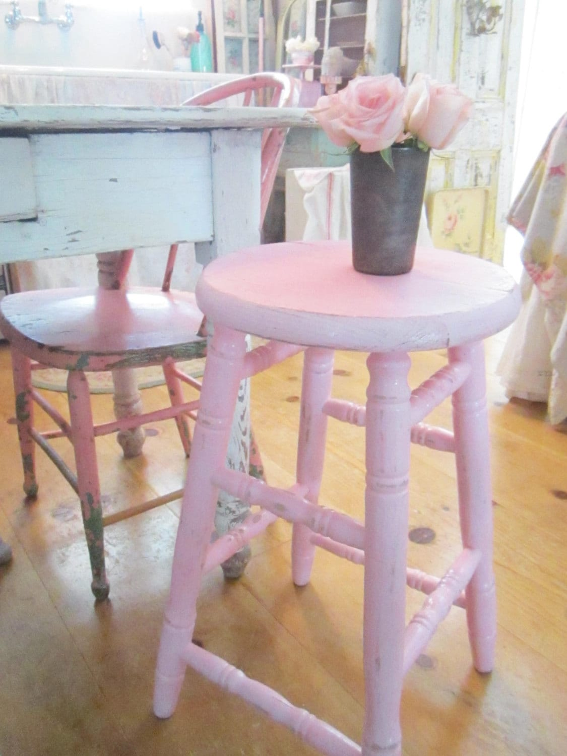 pink stool chippy painted shabby chic farmhouse stool free. Black Bedroom Furniture Sets. Home Design Ideas