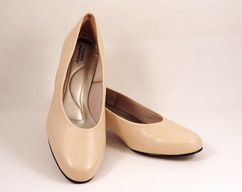 Ivory Tan Pumps Hush Puppies Size 7 M Low Heel Shoes Heels Dress