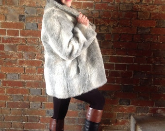 Beautiful vintage grey & white faux fur coat - Winterwear vintage fur coat