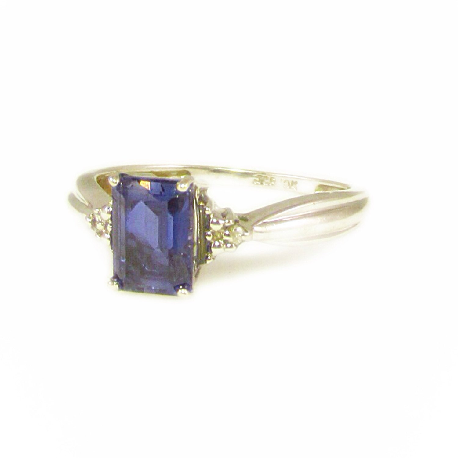 10k white gold and blue sapphire ring with