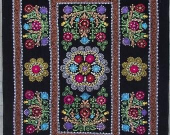 Uzbek machine embroidery suzani from Thashkent / Uzbekistan 119