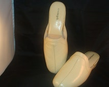 Vintage OOmphies Granada Classic Bone Leather Slippers/ Shoes (1980s) Size 7 (New Old Stock)