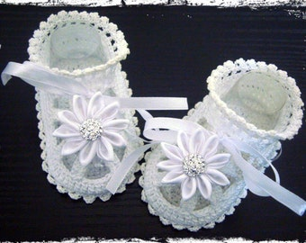 Crochet baby sandals. Christening Baby Shoes in White. Baptism Shoes with Kanzashi flower.