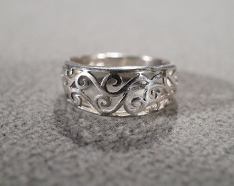 vintage sterling silver fashion ring band with cut-away scroll work, size 7 1/2   M2