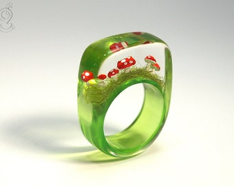 Flying luck – cute fly agaric ring with red-white spotted plastic mini-mushrooms on a green ring in resin as a lucky charm