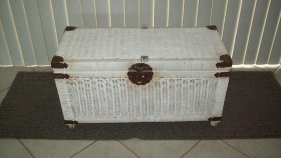 malle en osier blanc coffre sur roulettes rangement table. Black Bedroom Furniture Sets. Home Design Ideas