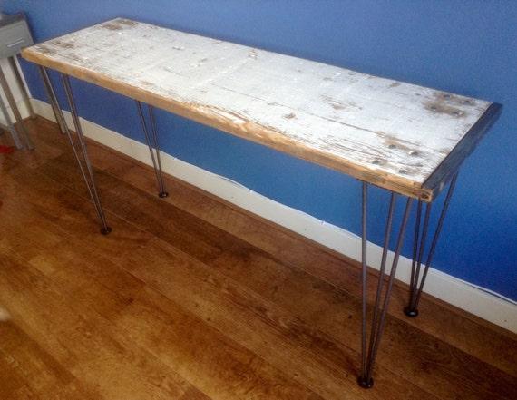 Prachtige wit vintage houten sidetable met ranke metalen poten. Smalle ...