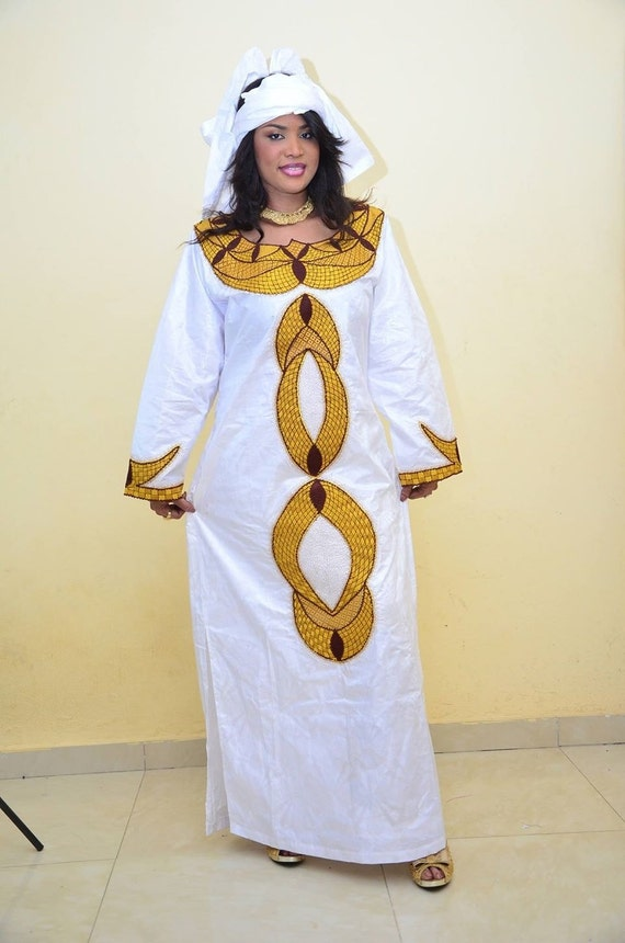 bazin blanc avec tenue africaine de broderie par newafricandesigns. Black Bedroom Furniture Sets. Home Design Ideas