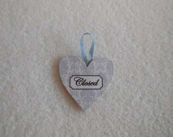 1:12 DOLLHOUSE Hanger open and closed heart-shaped blue.