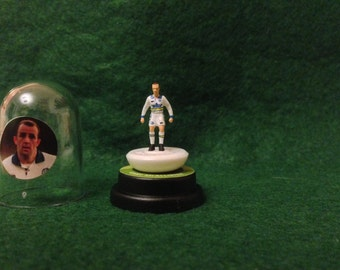 Gary McAllister (Leeds Utd) - Hand-painted Subbuteo figure housed in plastic dome.