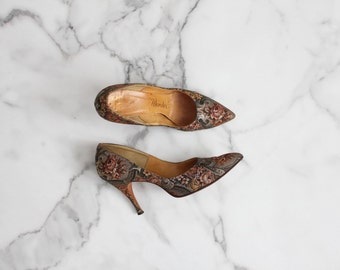 floral pumps / 1950s heels / tapestry shoes