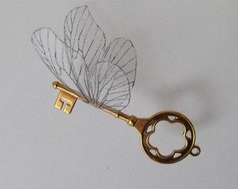 Flying key with large wings in shiny brass - SRBLBF